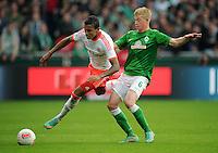 FUSSBALL   1. BUNDESLIGA  SAISON 2012/2013   6. Spieltag   SV Werder Bremen - FC Bayern Muenchen          29.09.2012 Luiz Gustavo (li, FC Bayern Muenchen) gegen Kevin De Bruyne (re, SV Werder Bremen)