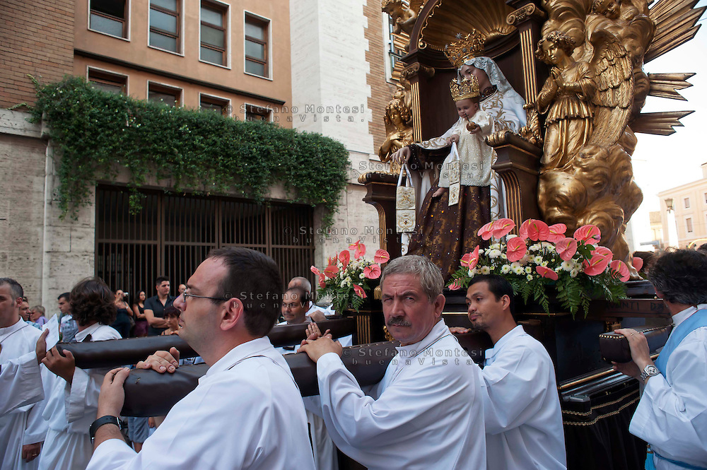 Roma 10  Luglio 2011.Venerabile Confraternita dello Scapolare di Santa Maria del Monte Carmelo in Traspontina fondata nel 1527 a Roma.  I Solenni Festeggiamenti e la processione in onore della Madonna del Carmine . .The Solemn Celebrations and processions in honor of Madonna del Carmine..http://www.parrocchiatraspontina.it/