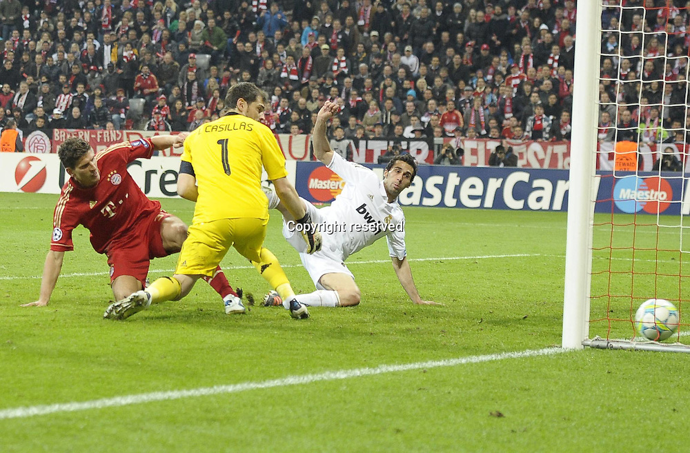 17.04.2012. Munich, Germany, UEFA Champions League football semi final. Bayern Munich versus Real Madrid, Leg 1. in the Alliance Arena Munich. Mario Gomez Munich scores the winning goal for 2 1 past Goalkeeper Iker Casillas Real Madrid . Bayern ran out the winners by a score of 2-1 on the night.