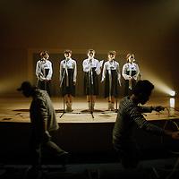 """SEOUL, Oct. 25, 2006: eine Nordkoreansiche Popband singt das Lied  """" Warten auf den grossen Tag """" ( der Wiedervereinigung...) in einem Aufnahmesudio eines fernsehsenders in Seoul..  Die 5 Maedchen wurden von einem Manager im Trainingszentrum fuer Nordkoreanische Fluechtlinge in Seoul entdeckt. der Manager hofft nun, die Maedchen landesweit bekannt zu machen."""