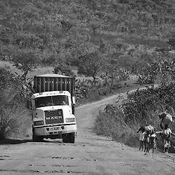 Transporte de mercadorias na estrada que liga Benguela e Waku Kungo. Angola 2007