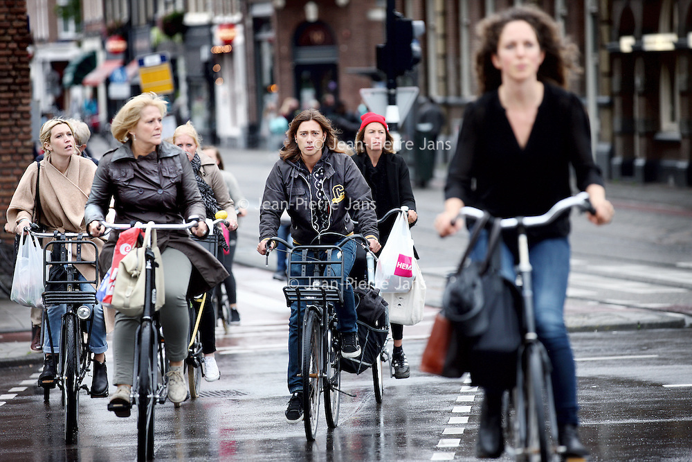 Nederland, Amsterdam , 25 augustus 2014.<br /> Diverse soorten fietsers (Amsterdammers en toeristen) komende uit de richting Ferdinand Bolstraat steken de Stadhouderskade over.<br /> Cycling in the city of Amsterdam. The Amsterdam cyclists have a bad reputation, but  recent research showed that this is not justified.