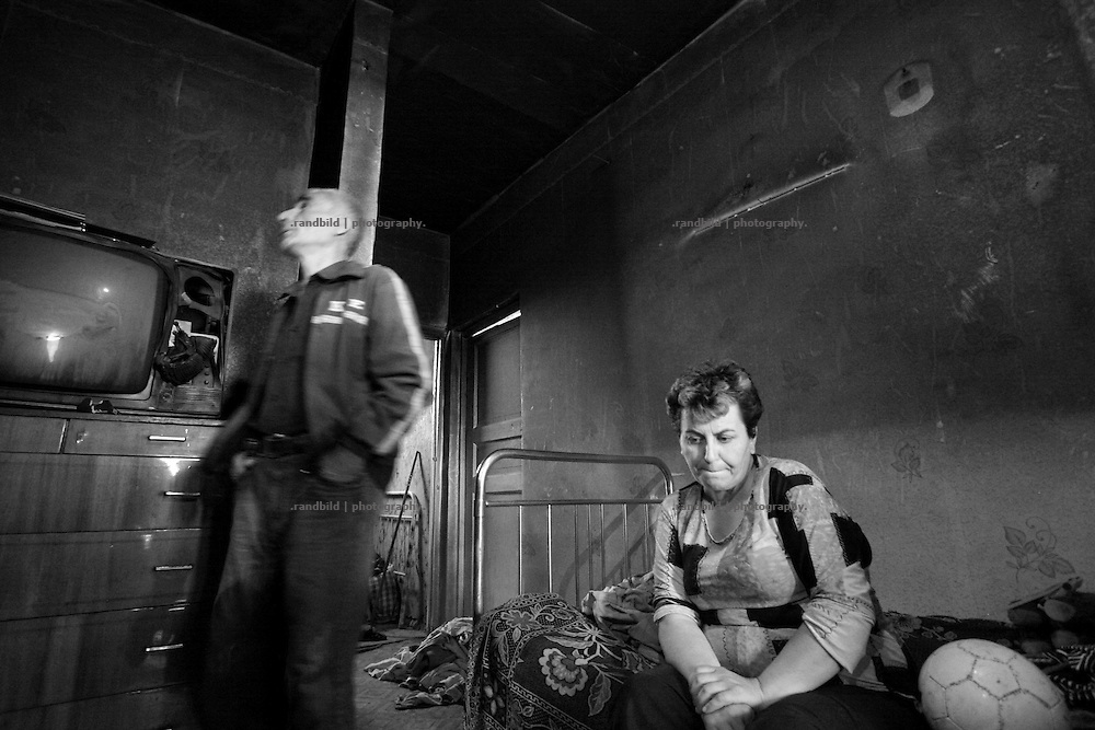 Georgian flat owners in their brunt out apartment house in Karaleti, located in the so called bufferzone between Gori and Tskhinvali, few days after the withdrawal of the russian forces from the area. The bufferzone was etablished after a short war in August 2008 as the georgian army assulted South Ossetia to overthrow the local separatist government.