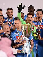 FUSSBALL INTERNATIONAL Supercoppa Italia Finale 2014 in Doha  Juventus Turin - SSC Neapel         22.12.2014 Siegerehrung, Sieger SSC Neapel; Marek Hamsik (Mitte) jubelt mit Pokal, Praesident Aurelio De Laurentiis (li)