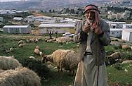 Village for refugees,   givaat amatos, jerusalem  Israel     /// village de caravannes, accueil pour les nouveaux refugies russes et ethiopiens  givaat amatos, jerusalem  Israel   /// R00287/    L004323  /  P0007171 /// a palestinian shepherd