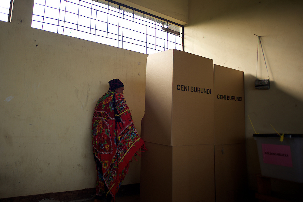 A voter enter the polling boot in a polling station in Kinama neighbourhood in Bujumbura, to vote in the country's parliamentary elections, on June 29, 2015.