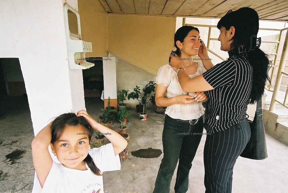 Junge armenische Frauen schminken sich bevor sie auf die Strasse gehen. Im von Armut geprägten Armenien legen Frauen wie Männer wert auf ihr Äusseres. Two young ladies make up themselfs before going out to public.