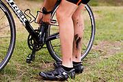 Een koerier moet zijn ketting opnieuw opleggen. In Nieuwegein wordt het NK Fietskoerieren gehouden. Fietskoeriers uit Nederland strijden om de titel door op een parcours het snelst zoveel mogelijk stempels te halen en lading weg te brengen. Daarbij moeten ze een slimme route kiezen.<br /> <br /> In Nieuwegein bike messengers battle for the Open Dutch Bicycle Messenger Championship.