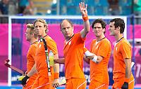 LONDEN -  Mink van der Weerden , Roderick Weusthof, Teun de Nooijer, Robert van der Horst en Marcel Balkestein (vlnr) ,maandag na de hockey wedstrijd tussen de mannen van Nederland en India (3-2) tijdens de Olympische Spelen in Londen .ANP KOEN SUYK