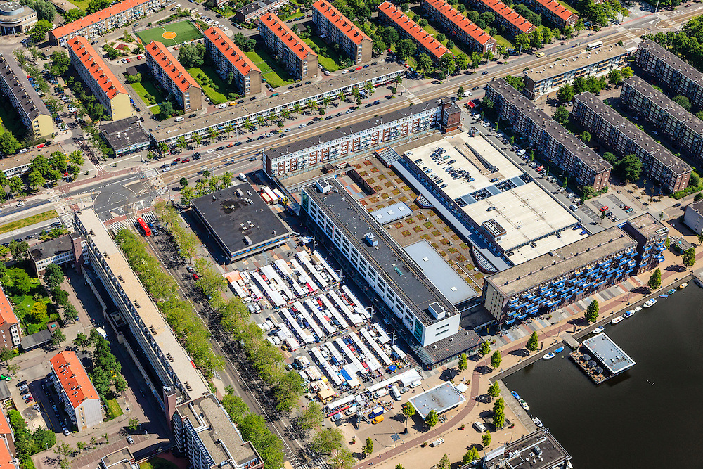 Nederland, Noord-Holland, Amsterdam, 14-06-2012;Slotervaart met vlnr Burgemeester De Vlugtlaan, diagonaal en markt op Plein '40 - '45..De wijk is onderdeel van de Westelijke Tuinsteden, gerealiseerd op basis van het Algemeen Uitbreidingsplan voor Amsterdam (AUP, 1935). Voorbeeld van het Nieuwe Bouwen, open bebouwing in stroken, langwerpige bouwblokken afgewisseld met groenstroken. ..The residential district Slotervaart, one of the western garden cities of Amsterdam-west..  Constructed on the basis of the General Extension Plan for Amsterdam (AUP, 1935). Example of the New Building (het Nieuwe Bouwen), detached in strips, oblong housing blocks alternated with green areas, built in fifties and sixties of the 20th century. Daily market between the flats...luchtfoto (toeslag), aerial photo (additional fee required).foto/photo Siebe Swart