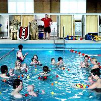 Nederland, Amsterdam , 20 maart 2012..Babyzwemmen in Zuiderbad..Ouders met hun baby's tijdens de babyzwemles in Zuiderbad in de Hobbemastraat..Zuiderbad bestaat 100 jaar..Foto:Jean-Pierre Jans