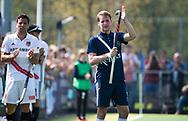 AMSTELVEEN -  Hockey Hoofdklasse heren Pinoke-Amsterdam (3-6). In de 13e minuut wat er een luid applaus voor nr. 13, Dennis Warmerdam (Pinoke) , die  vanwege kanker en een tumor in zijn arm, zijn hockeycarrière moet beëindigen  .  links Valentin Verga (A'dam) COPYRIGHT KOEN SUYK