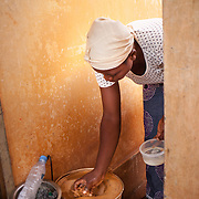 LÉGENDE: Edem s'apprête à allumer son réseau artisanal fait à base d'argile. LIEU: CERFER, Lomé, Togo. PERSONNE(S): Alema Edem Djagbo (à droite).