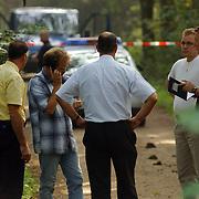 NLD/Huizen/20050906 - Verbrand lijk gevonden langs bospad Bussummerweg Huizen, recherche, overleg, officier van justitie van der Werf (geel hemd)