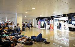 THEMENBILD - Madrid ist seit Jahrhunderten der geographische, politische und kulturelle Mittelpunkt Spaniens (siehe Kastilien) und der Sitz der spanischen Regierung. Hier residieren auch der König, ein katholischer Erzbischof sowie wichtige Verwaltungs- und Militärbehörden. Als Handels- und Finanzzentrum hat die Stadt nationale und internationale Bedeutung. Hier im Bild ueberfuellte Wartezone, Gates, uebermuedete Fluggaeste, Duty-Free Zone, Flughafen Madrid-Barajas // THEMATIC PACKAGES - Madrid is the capital and largest city of Spain. The population of the city is roughly 3.3 million and the entire population of the Madrid metropolitan area is calculated to be around 6.5 million. It is the third-largest city in the European Union, after London and Berlin, and its metropolitan area is the third-largest in the European Union after London and Paris. The city spans a total of 604.3 km2. EXPA Pictures © 2014, PhotoCredit: EXPA/ Eibner-Pressefoto/ Weber<br /> <br /> *****ATTENTION - OUT of GER*****
