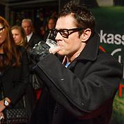 NLD/Amsterdam/20130108 - Premiere Bad Grandpa, Johnny Knoxville met hand in spalk en biertje
