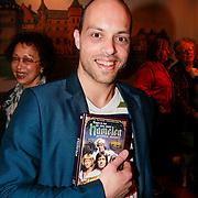 NLD/Haarzuilens /20130415 - Uitreiking verzamelbox Kunt u me de weg naar Hamelen vertellen, meneer?, Stanley Stokkermans met de dvd box