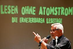Im Vorfeld des G20-Gipfels in Hamburg lesen namhafte Künstler in der Laeiszhalle Texte des französischen Widerstandskämpfers Stéphane Hessel. Im Bild: Konstantin Wecker<br /> <br /> Ort: Hamburg<br /> Copyright: Andreas Conradt<br /> Quelle: PubliXviewinG