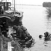NLD/Loosdrecht/19900225 - Zoekactie door duikers naar een mes Loosdrechtse Plassen na steekpartij
