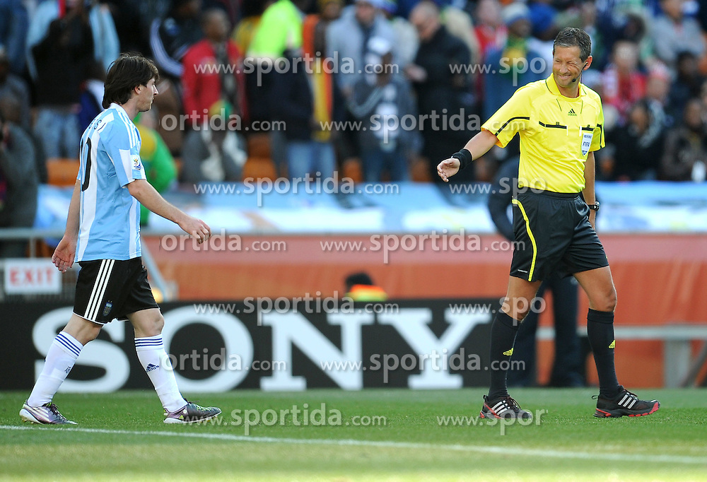 17.06.2010, Soccer City Stadium, Johannesburg, RSA, FIFA WM 2010, Argentinien vs Südkorea im Bild Schiedsrichter Frack De Bleeckere (BEL) zwicnkert mit dem Auge in Richtung Lionel Messi (Argentina), EXPA Pictures © 2010, PhotoCredit: EXPA/ InsideFoto/ G. Perottino, ATTENTION! FOR AUSTRIA AND SLOVENIA ONLY!!! / SPORTIDA PHOTO AGENCY