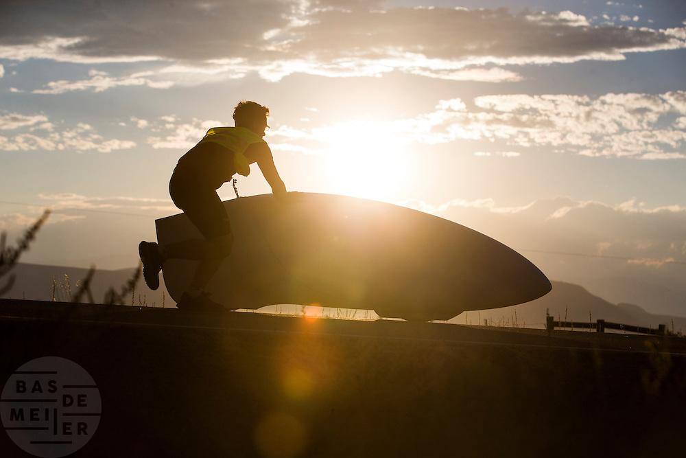 De Eta van Aerovelo is onderweg voor de eerste recordpoging. In Battle Mountain (Nevada) wordt ieder jaar de World Human Powered Speed Challenge gehouden. Tijdens deze wedstrijd wordt geprobeerd zo hard mogelijk te fietsen op pure menskracht. Ze halen snelheden tot 133 km/h. De deelnemers bestaan zowel uit teams van universiteiten als uit hobbyisten. Met de gestroomlijnde fietsen willen ze laten zien wat mogelijk is met menskracht. De speciale ligfietsen kunnen gezien worden als de Formule 1 van het fietsen. De kennis die wordt opgedaan wordt ook gebruikt om duurzaam vervoer verder te ontwikkelen.<br /> <br /> The Eta Speedbike of Aerovelo is on its way for the first record attempt. In Battle Mountain (Nevada) each year the World Human Powered Speed Challenge is held. During this race they try to ride on pure manpower as hard as possible. Speeds up to 133 km/h are reached. The participants consist of both teams from universities and from hobbyists. With the sleek bikes they want to show what is possible with human power. The special recumbent bicycles can be seen as the Formula 1 of the bicycle. The knowledge gained is also used to develop sustainable transport.