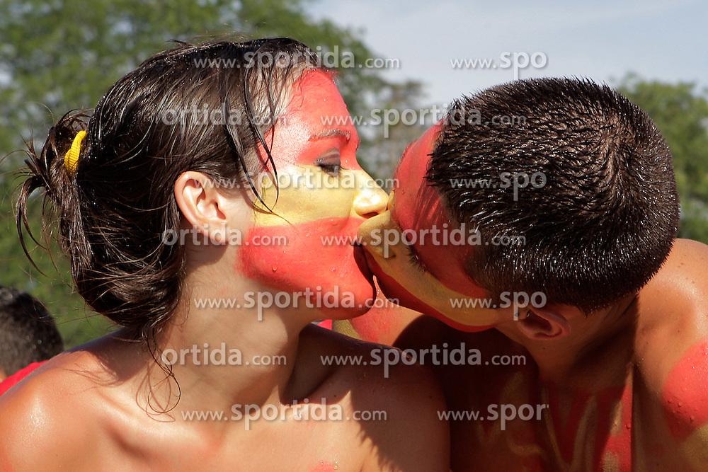 12.07.2010, Madrid, Spanien, ESP, FIFA WM 2010, Empfang des Weltmeisters in Madrid, im Bild der Kuss des Weltmeisters, zwei Spanische Fans küssen sich innig, EXPA Pictures © 2010, PhotoCredit: EXPA/ Alterphotos/ Acero / SPORTIDA PHOTO AGENCY