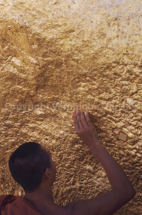 Situe dans l'Etat Mon, le -rocher d'or- de Kyaiktiyo est un rocher-stupa  en desequilibre au dessus du vide. Il attire pelerins et touristes. Les dignitaires du regime et les plus grosses fortunes du pays y font organiser des festivals pour s'attirer les faveurs des nat -les esprits- et s'assurer un futur prospere.  Livre meditations Situe dans l'Etat Mon, le -rocher d'or- de Kyaiktiyo est un rocher-stupa  en desequilibre au dessus du vide. Il attire pelerins et touristes. Les dignitaires du regime et les plus grosses fortunes du pays y font organiser des festivals pour s'attirer les faveurs des nat -les esprits- et s'assurer un futur prospere.  Livre meditations