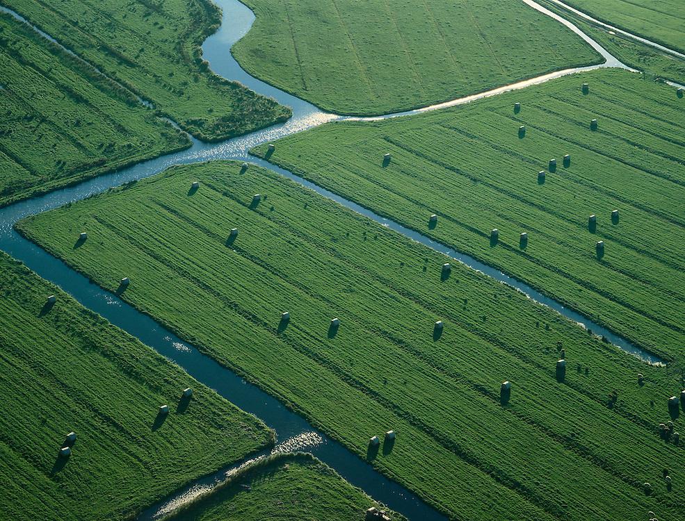 Nederland, Amsterdam, Durgerdammer Diepolder, 17-10-2005; luchtfoto (25% toeslag); de polder ligt tussen Durgerdam en Ransdorp in  'landelijk Noord', onderdeel van de regio Waterland; de slootjes en vaarten zorgen voor de ontwatering van dit drassige veenweide gebied; op de weides liggen de hooibalen te wachten op vervoer naar de boerderij (met kleine - platbodem - bootjes); het hooi is veevoer voor de melkkoeien die in de winter op stal blijven; historische verkaveling in typisch Hollands landschap; hooiberg, hooibaal, landbouw en veeteelt, infrastructuur, waterhuishouding, planologie, ruimtelijke ordening, landschapspark.Foto Siebe Swart
