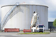 Nederland, Arnhem, 26-7-2017Opslagtanks voor brandstof, benzine en diesel. In de terminal van Shell komen tankwagens van verschillende oliemaatschappijen hun brandstof laden.FOTO: FLIP FRANSSEN