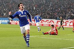 04.12.2010,  Arena Auf Schalke, Gelsenkirchen, GER, 1.FBL, Schalke 04 vs FC Bayern Muenchen, 15. Spieltag, im Bild: Jose Manuel Jurado (Schalke #18) (li.) jubelt Torjubel / Jubel nach dem 1:0. Mark van Bommel (Muenchen #17) (re.) ist entaeuscht / entäuscht  EXPA Pictures © 2010, PhotoCredit: EXPA/ nph/  Mueller.       ****** out ouf GER ******
