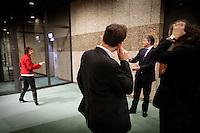 Nederland. Den Haag, 13 januari 2010.<br /> Schorsing na de eerste termijn. Fractievoorzitter Mariette Hamer overlegt in de wandelgangen rond de vergaderzaal met vice premier en partijleider Wouter Bos. Het kabinet erkent dat met de kennis van nu een beter volkenrechtelijk mandaat nodig was geweest voor de inval in Irak. Dat schrijft premier Balkenende in een brief aan de Tweede Kamer. Daarmee werd gisteren een kabinetscrisis afgewend.<br /> Gisteren nam Balkenende nog afstand van de passage over het mandaat in het rapport van de commissie-Davids. PvdA, partij van de arbeid<br /> Foto Martijn Beekman