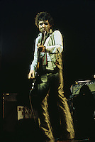 British singer and songwriter Ronnie Lane (1946 - 1997) performing with his backing band Slim Chance, circa 1975.