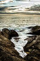 Costão da Ilha das Campanhas, na Praia da Armação, ao amnhecer. Florianópolis, Santa Catarina, Brasil. / Rocky shore of Campanhas Island, at Armacao Beach, at sunrise. Florianopolis, Santa Catarina, Brazil.
