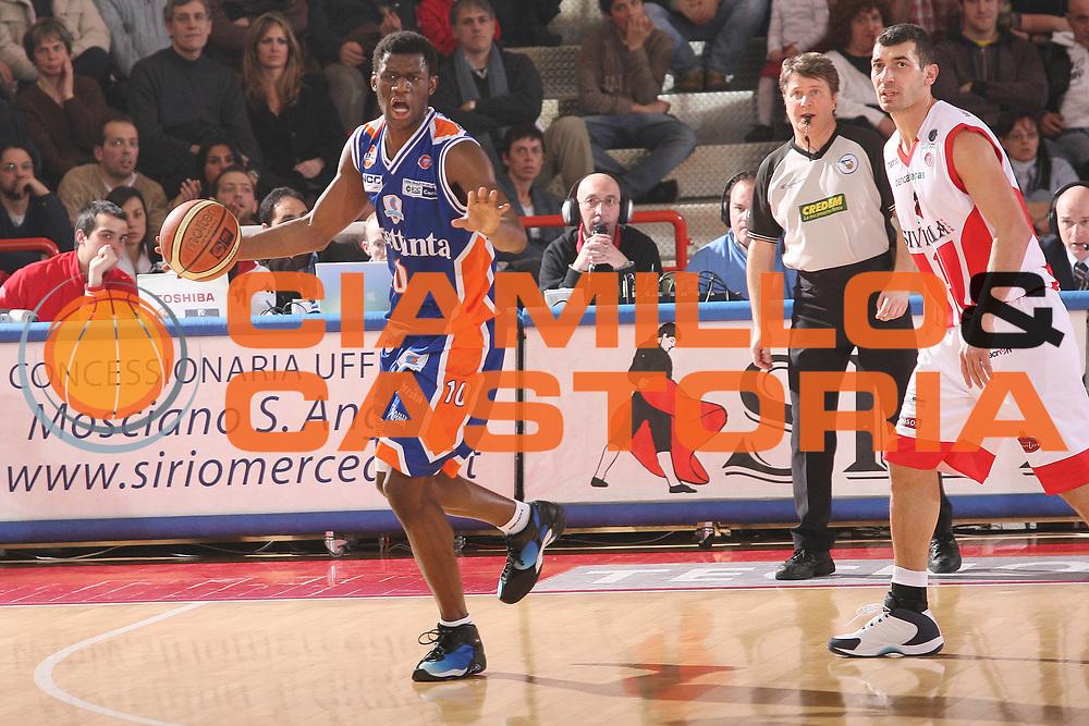 DESCRIZIONE : Teramo Lega A1 2007-08 Siviglia Wear Teramo Tisettanta Cantu <br /> GIOCATORE : Herve Toure <br /> SQUADRA : Siviglia Wear Teramo <br /> EVENTO : Campionato Lega A1 2007-2008 <br /> GARA : Siviglia Wear Teramo Tisettanta Cantu <br /> DATA : 24/02/2008 <br /> CATEGORIA : Palleggio <br /> SPORT : Pallacanestro <br /> AUTORE : Agenzia Ciamillo-Castoria/G.Ciamillo