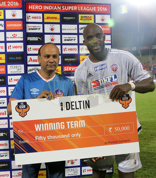 Mohd Sissoko of FC Pune City receiving the Winning team cheque  during the presentation during match 8 of the Indian Super League (ISL) season 3 between FC Goa and FC Pune City held at the Fatorda Stadium in Goa, India on the 8th October 2016.<br />