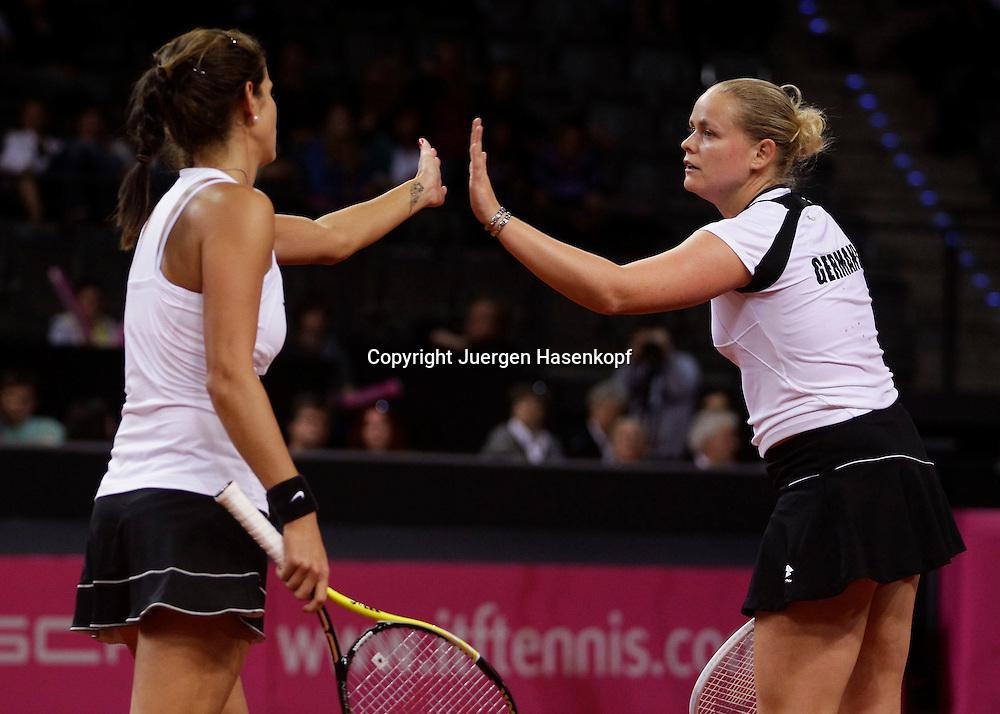 Fed Cup 2011 in Stuttgart, internationales ITF  Damen Tennis Turnier, Mannschafts Wettbewerb, team competition, Doppel, Barbara Rittner mit Anna Lena Groenefeld (rechts)  / Julia Goerges (beide GER) klatschen ab