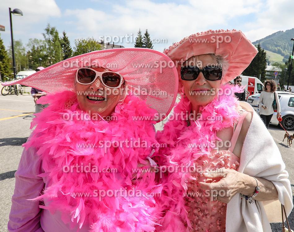 26.05.2017, Piancavallo, ITA, Giro d Italia 2017, 19. Etappe, Innichen (San Candido) nach Piancavallo, im Bild zwei italienische Damen in rosa Kleidung // two ladies in pink during the 19 th stage of the 100 th Giro d Italia cycling race from Innichen (San Candido) to Piancavallo, Italy on 2017/05/26. EXPA Pictures © 2017, PhotoCredit: EXPA / Martin Huber