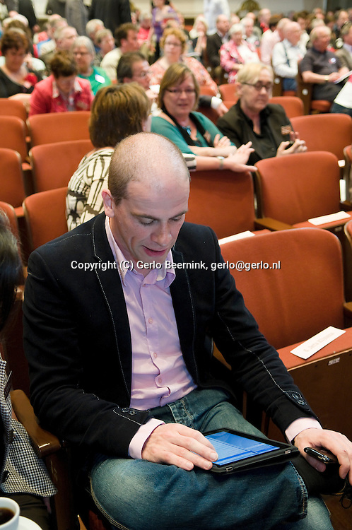 Nederland, Nijmegen, 20100425..Diederik Samsom werkt met zijn nieuw iPad op het PvdA partij congres in Nijmegen in de Vereeniging..kandidaat voor de Tweede Kamer. plaats 7..Netherlands, Nijmegen, 20100425. ? Diederik Samsom is working with its new iPad at the Labour party conference in Nijmegen, Vereeniging. ? candidate for the House. place 7
