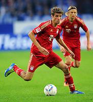 """18. September 2011: Gelsenkirchen, Veltins-Arena """"Auf Schalke"""": Fussball 1. Bundesliga, 6. Spieltag: FC Schalke 04 - FC Bayern Muenchen: Muenchens Thomas Mueller am Ball."""