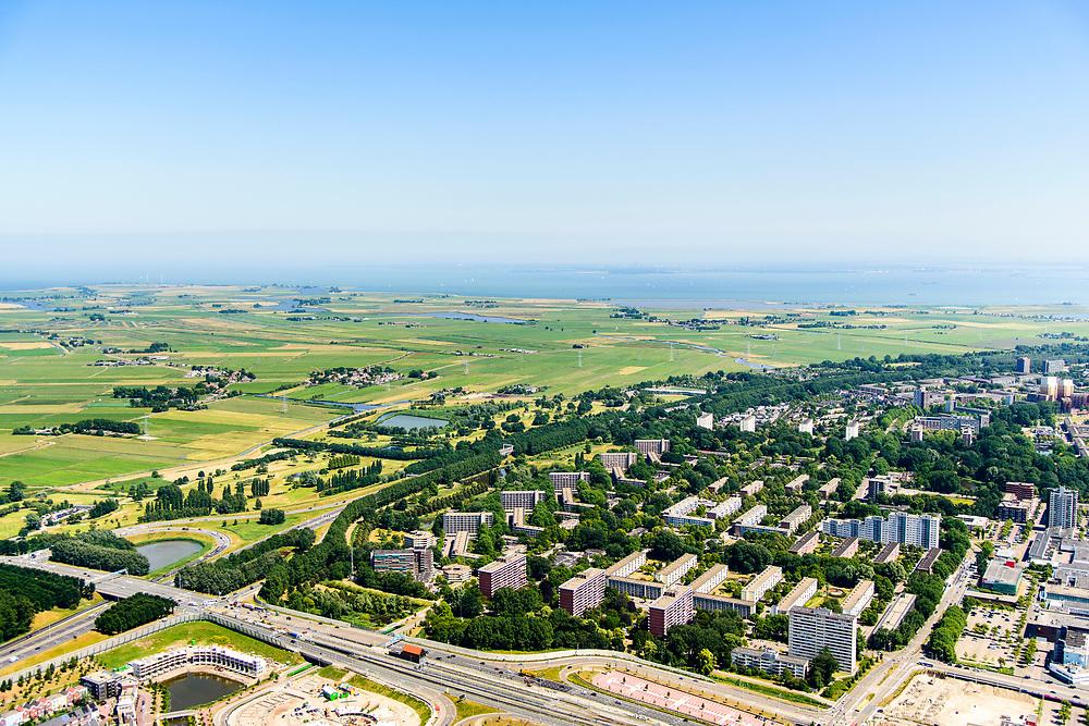 Nederland, Noord-Holland, Amsterdam-Noord, 29-06-2018; Buikslotermeer en landelijk Noord met onder andere Zunderdorp en Ransdorp, IJsselmeer in de achtergrond. Aansluiting Nieuwe Leeuwarderweg N247 met Ring A-10. De rand van de stad.<br /> Edge of North Amsterdam, overlooking the rural area.<br /> <br /> luchtfoto (toeslag op standard tarieven);<br /> aerial photo (additional fee required);<br /> copyright foto/photo Siebe Swart