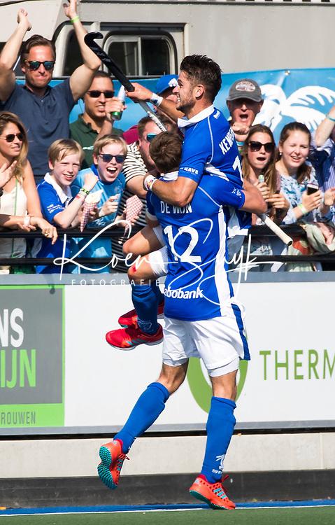 UTRECHT -  Robbert Kemperman (Kampong) heeft gescoord en viert het met Sander de Wijn (Kampong)   tijdens   de finale van de play-offs om de landtitel tussen de heren van Kampong en Amsterdam (3-1). Kampong kampioen van Nederland. COPYRIGHT  KOEN SUYK