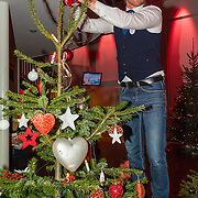 NLD/Hilversum/20151207- Sky Radio's Christmas Tree for Charity, Barry Atsma plaatst de piek