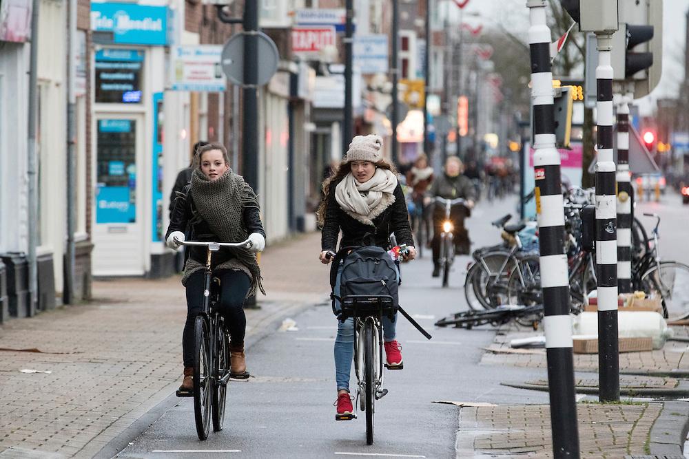 In Utrecht fietsen twee meisjes over de Amsterdamsestraatweg tegen de wind in.<br /> <br /> In Utrecht cyclists are riding against the wind.