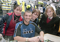 Football Star Roy Keane signing autographs for fans in Elverys Sports, 20/11/1998 (Part of the Independent Newspapers Ireland/NLI Collection).