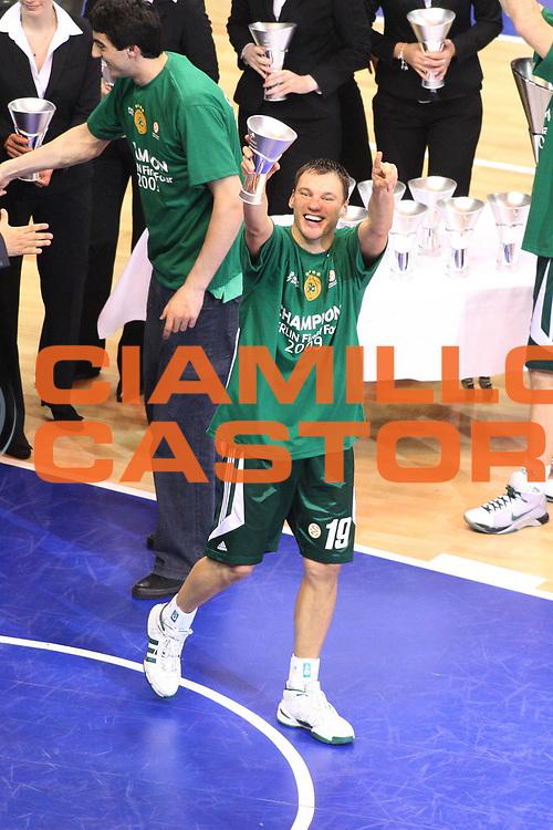 DESCRIZIONE : Berlino Eurolega 2008-09 Final Four Finale Panathinaikos Atene CSKA Mosca <br /> GIOCATORE : Sarunas Jasikievicius Coppa Award<br /> SQUADRA : Panathinaikos Atene<br /> EVENTO : Eurolega 2008-2009 <br /> GARA : Panathinaikos Atene CSKA Mosca <br /> DATA : 03/05/2009 <br /> CATEGORIA : Esultanza premiazione<br /> SPORT : Pallacanestro <br /> AUTORE : Agenzia Ciamillo-Castoria/G.Ciamillo