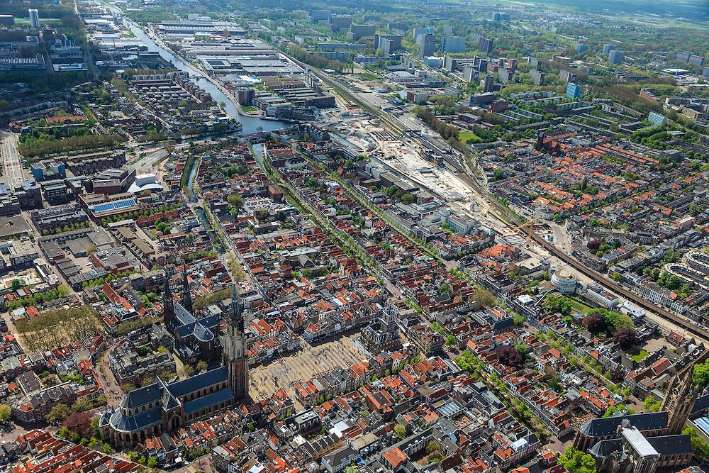 Nederland, Zuid-Holland, Delft, 09-05-2013; <br /> Overzicht historisch centrum van Delft zicht op de Markt met terrassen, de Nieuwe Kerk (l)  haaks erop de Maria van Jessekerk, en het stadhuis (r ),   Oude Delft, t de Koornmarkt, beneden de Oude Kerk met het Prinsenhof, spoorbaan van de trein uit Den Haag.  Stationgebied ondergaat een grote herinrichting en bevindt zich in een grote bouwput. Rechtsboven in beeld woonwijken met flats. <br /> Overview Delft, historic center  with terraces overlooking the Market, the New Church (l) and Town Hall (r ), picture right the railroad and the railway area under construction, in the back the highrise flats of the residential areas.<br /> luchtfoto (toeslag op standard tarieven)<br /> aerial photo (additional fee required)<br /> copyright foto/photo Siebe Swart