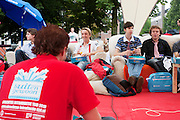 Studenten nuttigen een lunch in park Lepelenburg in Utrecht. Vandaag zijn in Utrecht de introductiedagen, onder de noemer UIT, van start gegaan. Eerstejaars studenten maken onder begeleiding van ouderejaars kennis met elkaar en de stad waar ze gaan studeren.<br /> <br /> Students are sitting in park Lepelenburg at their introduction week at the Utrecht University.