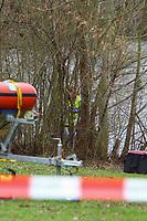 Mannheim. 28.01.18   <br /> Vogelstang. Unterer Vogelstangsee. Im n&ouml;rdlichen Uferbereich des Sees ist eine Leiche gefunden worden. Die Kriminalpolizei und Einsatzkr&auml;fte der DLRG bergen den Leichnam und decken diesen mit Folie ab.<br /> Eine Leiche ist am Sonntag am Mannheimer Vogelstangsee gefunden worden. Das hat die Polizei auf Anfrage best&auml;tigt. Einsatzkr&auml;fte sind zurzeit vor Ort<br /> Bild: Markus Prosswitz 28JAN18 / masterpress (Bild ist honorarpflichtig - No Model Release!) <br /> BILD- ID 06956  