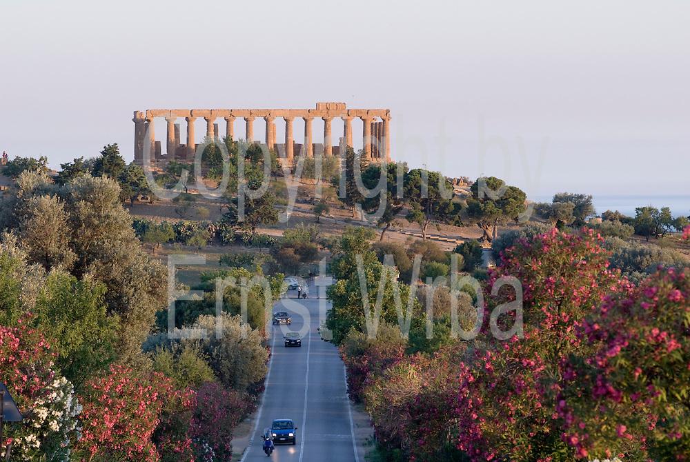 Italien, Sizilien, Agrigento, Valle dei Templi, Straße und Hera-Tempel..|..Italy, Sicily, Agrigento, Valle dei Templi, street and Hera Temple