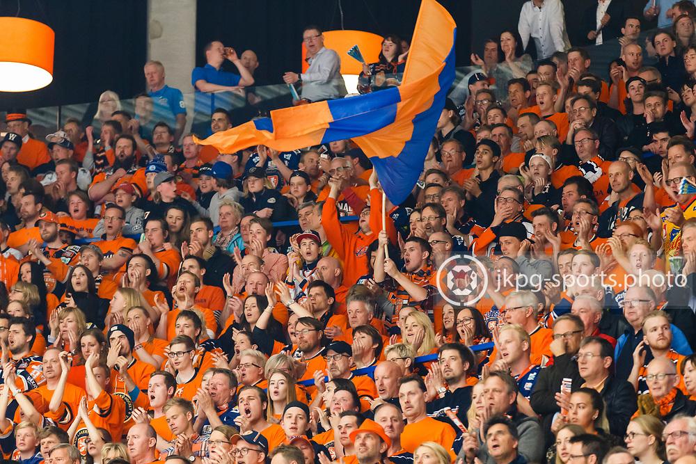 150423 Ishockey, SM-Final, V&auml;xj&ouml; - Skellefte&aring;<br /> Supportrar till v&auml;xj&ouml; med flaggor.<br /> &copy; Daniel Malmberg/Jkpg sports photo